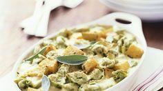 Herbstlicher Nudelauflauf mit Kürbis, Salbei und Parmesan: Tortellini-Auflauf mit Kürbis | http://eatsmarter.de/rezepte/tortellini-auflauf-mit-kuerbis
