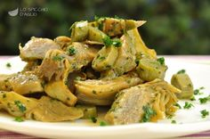 I carciofi trifolati sono un contorno semplice e veloce a base di carciofi cotti in padella con aglio e prezzemolo. Sono ottimi come contorno, ma anche come base per condire la pasta o preparare una frittata, una torta salata, delle frittelle. Si prestano veramente a tante preparazioni. Vegetable Side Dishes, Vegetable Recipes, Vegetarian Recipes, Authentic Italian Tiramisu Recipe, Italian Recipes, Italian Foods, Healthy Cooking, Healthy Eating, A Food