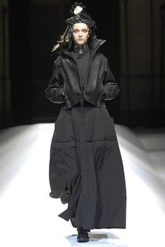 The complete Yohji Yamamoto Fall 2007 Ready-to-Wear fashion show now on Vogue Runway.