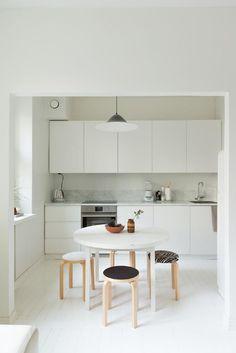 valkoinen pieni keittiö New Kitchen, Kitchen Dining, Kitchen Decor, French Interior, Interior Design, Dining Area, Dining Room, Small Living Rooms, Architecture