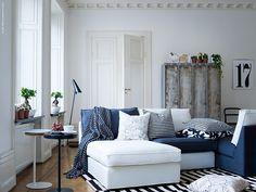 Schöner Schrank und ein tolles freistehendes Sofa