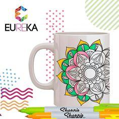 Mug de cerámica blanco antiestrés, para colorear con diferentes estilos de mandalas; incluye 2 marcadores borrables.    Eureka, ¡más diseño, más alegría! Tel. 325 5278 / 314 790 8139 Pereira