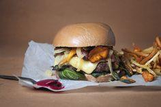 """Burger d'automne {chevreuil, bacon de sanglier & champignons} by """"je veux être bonne"""" with bun recipe"""
