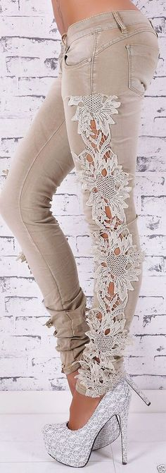 DIY: una original forma de personalizar un pantalón vaquero con tiras de puntilla o de encaje. Lace Jeans, Sexy Jeans, Skinny Jeans, Ripped Jeans, Denim Fashion, Fashion Outfits, Womens Fashion, Fashion Trends, Fashion Tips