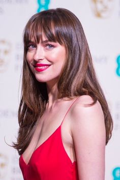 Dakota Johnson matched her lipstick and eye make-up to her scarlet Dior gown, leaving her hair loose Style Dakota Johnson, Dakota Style, Dakota Mayi Johnson, Dakota Johnson 2016, Dakota Jhonson, Top 10 Haircuts, Hairstyles With Bangs, Easy Hairstyles, Cabelo Inspo