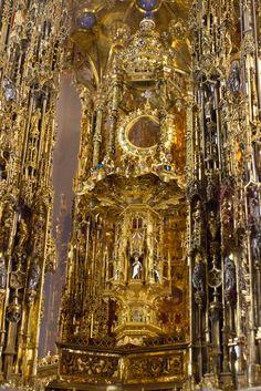 LA CUSTODIA- (catedral)- Es de oro y plata con incrustaciones de piedras preciosas. Posee casi 3 m. Es una  estructura gótica. Artesano: Enrique de Arfe.