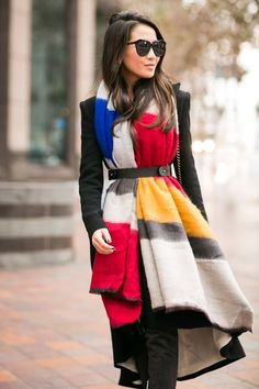 Oversized scarf, long coat + belt // super chic way to wear a scarf Ways To Wear A Scarf, How To Wear Scarves, Mondrian Dress, Wendy's Lookbook, Langer Mantel, Oversized Scarf, Mode Style, Scarf Styles, Ideias Fashion