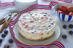 Pynt til 17.mai med kake, bånd og bær. Den blå skålen i bakgrunnen er min favoritt: emaljeskålen fra Cathrine Holm. Banana Cream, Muesli, Fodmap, Cheesecake, Yoghurt, Baking, Cream Pies, Food, Cakes