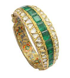Emerald and uncut diamond studded gold kada Emerald Jewelry, Gold Jewelry, Emerald Necklace, Royal Jewelry, India Jewelry, Uncut Diamond, Wedding Jewelry, Antique Jewelry, Jaipur