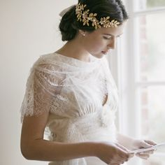 When it comes to your wedding day headpiece, think beyond the veil! There are so many fresh ways to do bridal headpieces right now. Brides are choosing from a wide range of wedding hair accessories, including fun fascinators, romantic halos, deco-style. Headpiece Wedding, Bridal Headpieces, Boho Wedding, Hair Wedding, 2017 Wedding, Handmade Wedding, Bridal Crown, Wedding Hair Accessories, Designer Wedding Dresses