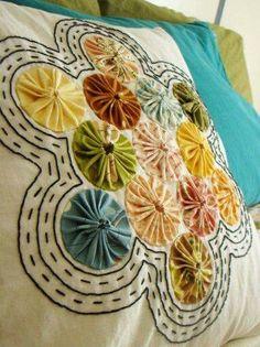 yoyo pillow - yellow pillow idea using the fabric samples for the yo-yos, and a yellow for the circles Sewing Pillows, Diy Pillows, Cushions, Pillow Ideas, Fabric Crafts, Sewing Crafts, Sewing Projects, Yo Yo Quilt, Pinwheel Quilt