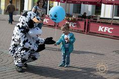 Акция «Бычек- здоровичек» от студии праздников « Минуты счастья» прошла на ул. Покровской. Она не оставила равнодушными ни детей ни взрослых.