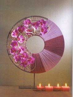Inspiring Oriental Flower Arrangement For You To Try -  Show Your Fans - frame ringen op standaard omwikkeld met garen / wol en versierd met zijde bloemen