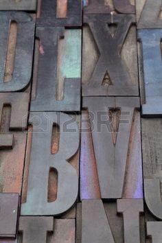 antieke houten boekdruk blokken met kleur inkt patina willekeurige verzameling met L X V en B brieve Stockfoto