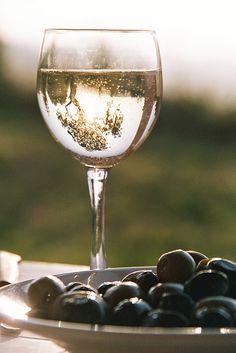 Una foto artistica al massimo ... un bel bicchiere di vino bianco con le olive... <3