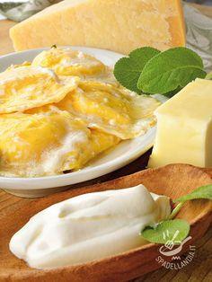 Ravioli with four cheeses - I Ravioli ai quattro formaggi sono un primo piatto della tradizione culinaria del Belpaese. Buonissimi, sono apprezzati molto anche dai bambini! #ravioliquattroformaggi