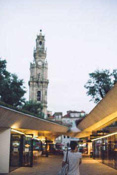6 horas en Oporto y un recuerdo inolvidable - via 365 Días con Ana   Tengo que admitir que al principio estaba un poco nerviosa por lo de ponerme delante de una cámara, pero en un momento se me olvidó todo y lo pasé genial mientras conocía la preciosa ciudad de Oporto. Comenzamos el paseo en el Faro de Foz, un sitio impresionante, donde las olas del Atlántico rompen y la humedad crea una bruma en el aire muy curiosa y característica de esta zona de la ciudad. #porto #portugal #viajes #turismo Fo