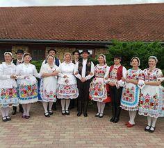 Piros Rózsa Táncegyüttes tagjai Kalocsai viseletben Etyeken