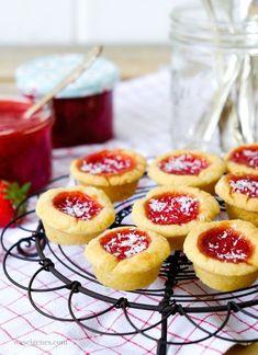 Rezept: Kleine feine Marmeladentörtchen, gefüllt mit selbst gekochter Erdbeer-Kokos-Marmelade.