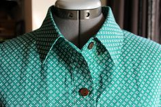 four square walls: sewing a button up collar: a different order Sewing Collars, Sewing Shirts, Sewing Clothes, Diy Clothes, Sewing Basics, Sewing Hacks, Sewing Tutorials, Sewing Tips, Tutorial Sewing