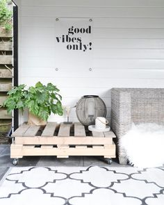 DIY Pallet Tafel / Pallet Table www. Outdoor Retreat, Outdoor Rooms, Outdoor Living, Outdoor Decor, Pallet Table Outdoor, Pallet Tables, Garden Inspiration, Interior Inspiration, Exterior Design