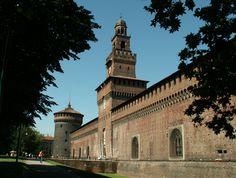 Castello Sforzesco, Milano. Fu fatto costruire da Francesco Sforza tra il 1450 e il 1466. Oggi ospita musei e mostre d'arte e la biblioteca Trivulziana.