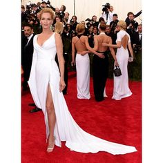 @ithurman is a vision in an Atelier Versace take on the classic Chinese hanfu at the #MetGala