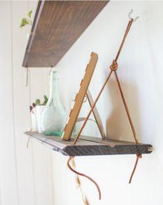Hvad enten du er til hylder af gamle brædder, nyt spærtræ, hvide laminathylder, malede planker eller noget helt femte – så kan du bruge idéen her, hvis du vil hænge hylderne op på en anderled…