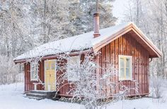 This is what a want a little cabin. Just like this via Sköna hem Cottage Porch, Red Cottage, Small Cottages, Cabins And Cottages, Sweden House, Fairytale House, Red Houses, Small Tiny House, Tiny Cabins