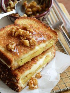 Cette recette ne convient pas à tout le monde, on en convient mais pour les audacieux qui aiment le sucré-salé, on la recommande grandement. Prenez vos tranches de pain, tartinez-les avec un peu de miel (attention à ne pas en mettre trop), puis ajoutez une tranche d'ananas, du fromage (de l'Emmental, c'est très bien) et quelques noix concassées. Goûtez... puis venez nous remercier.