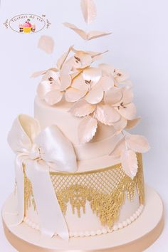 Cake design with a difference. Using VIRGINIA lace design for the gold lace. Done by Torturi de vis Chocolate Chip Recipes, Mint Chocolate Chips, Pumpkin Dessert, Pumpkin Cheesecake, Wedding Art, Wedding Cakes, Edible Lace, Fondant, Tiramisu Cake