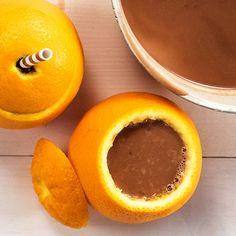 Servera varm choklad i en apelsin! Roligt, enkelt och gott för både barn och vuxna. Du behöver bara en chokladkaka, mjölk och en apelsin, se hur du gör här!