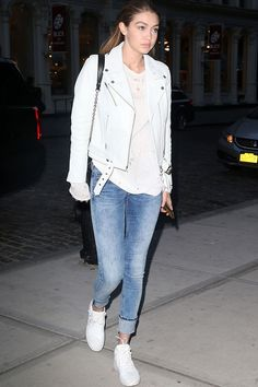 Who made Gigi Hadid's white leather jacket, blue skinny jeans, sneakers, and black handbag? White Jacket Outfit, Leather Jacket Outfits, Off White Jacket, Gigi Hadid Outfits, Gigi Hadid Style, Giuseppe Zanotti, Jeans Skinny Azul, Mode Simple, Louis Vuitton