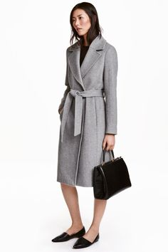 Wool-blend coat: Coat in a felted wool blend with wide notch lapels, concealed side pockets, a wide tie belt at the waist, a single back vent and no buttons. Lined. The wool content of the coat is recycled.