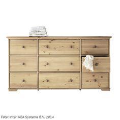 """Die Kommode """"Hurdal"""" von Ikea bietet mit neun Schubladen viel Stauraum und verfügt durch die markante Maserung über einen individuellen Charakter.  Maße: 50x93x176 cm"""