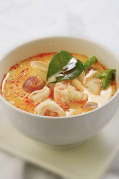 Spicy thai suppe med rejer (Tom Yum Goong) - Lav thai mad – Tom Yum er en af de mest kendte thai supper. Men pas på – den lige så stærk som den er god. I Thailand giver Tom Yum turisterne en fantastisk oplevelse af thaimad. Det brænder i munden, men på den gode måde som samtidig bringer et smil frem. De fleste kender suppen som Tom Yum Goong, altså med... #champignons #cherrytomater #chili