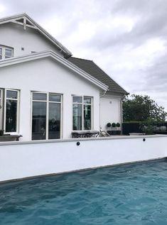 trädgårdsinpiration hos Kajsa på Enkla ting Outdoor Pool, Outdoor Gardens, Outdoor Decor, Home Recipes, Terrazzo, Ontario, Pool Hus, Pergola, Villa