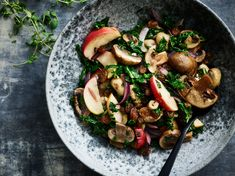 Stegte svampe med æbler og grønkål