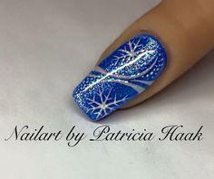 uñas azul rey diseños navideños blanco copos de nieve