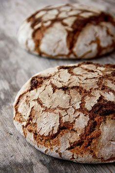 Mit dem neuen Jahr startet eine neue Reihe der Alm-Rezepte, ein Extrakt aus dem vergangenen Kurs auf der Kalchkendlalm in Rauris. Ein reines Roggenbrot mit einem Brühstück aus mittlerem Schrot. Der Sauerteig ist mit Vollkornmehl angesetzt, um etwas mehr Würze ins Brot zu bringen und die Schalenbestanteile besser aufzuschließen. Um ihn geschmacklich abzurunden, kommt Salz hinein. Weiterlesen...