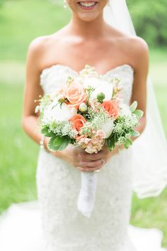 Peach & white bouquet | Photography: Melissa Durham Photography - melissadurham.com