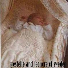 In his book about the Royal family maid of honor Elizabeth Tarras-Wahlberg shared exclusive photos of Princess Estelle in the cradle of Gustavus Adolphus.  Unfortunately, the photo is available only as such.  #estelleofsweden #kungafamiljen #princessestelle #princessestelleofsweden #duchess #duchessofostergòtland