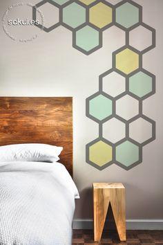 Inspiración Deco: paredes geométricas, mural de hexágonos gris, verde y amarillo | sakui