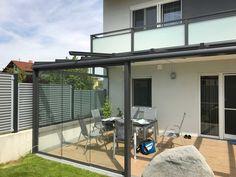 Moderne Terrassenüberdachung aus Aluminium und Glas in grau mit Windschutz zum Schieben! #Sunflex #Schiebeverglasung #Terrassenüberdachung