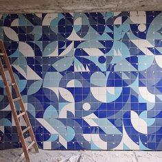 Arte em pedaços | Painel de azulejos criado pelo grupo de designers e arquitetos Coletivo MUDA #coletivomuda #azulejo #tile #azulejaria #mural #wall #cool #handmade #pattern #art #homestyle #colors #style #tileaddiction #artlovers #designideas #deco #decoração #arquitetura #decor #decoration #designlovers #interiors #interiordesign #design #architecture #homedecor #toinspire #inspiração #casacoral by casa.coral