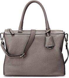 Im puristischen Design präsentiert sich diese elegante Tasche von Abro, die auch ideal zu abendlichen Veranstaltungen passt. Ein passender Label-Anhänger dient als Blickfang.