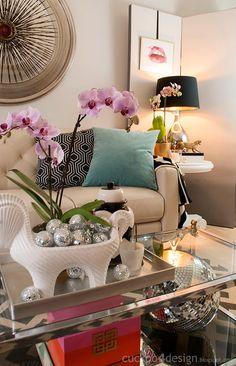 Un coin salon chaleureux et avec la couleur noire en accent.
