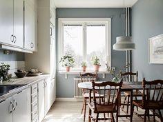 Mättade pasteller i rosa, nude, ljusblått, mintgrönt är väggfärger vi tycker väldigt mycket om just nu. Snyggt, trendigt och ombonat. Häng med in i tre pastelliga hem vi hittat på Hemnet.