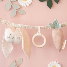 Nobodinoz - Trendmarke in Baby- und Kinderzimmern | littlehipstar 2 Baby, Diy Hanging Planter, Dou Dou, Diy Bebe, Baby Checklist, Newborn Essentials, Baby Couture, Baby Comforter, Baby Rattle
