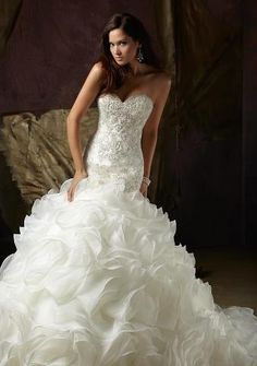Lovely #Wedding #Dress! Select #StarFleetYachts for your #wedding in #Kemah, #Texas. We make your wedding day memorable by providing quality #food and #awesome #floral #decoration. Book us now for your #wedding.